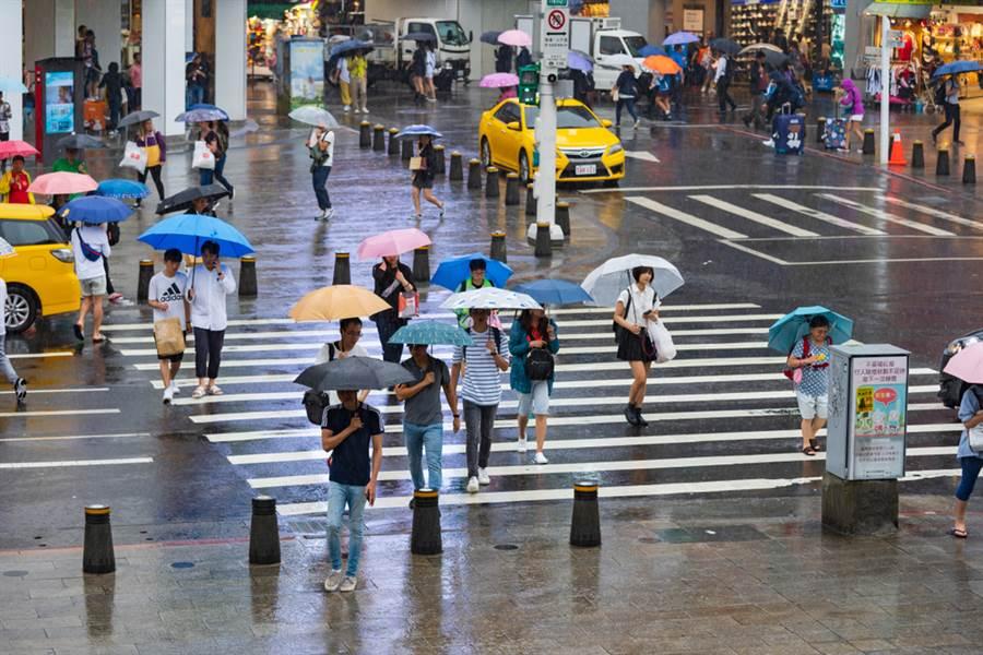 豪雨暴襲全台,停班停課一覽表。(示意圖/Shutterstock)