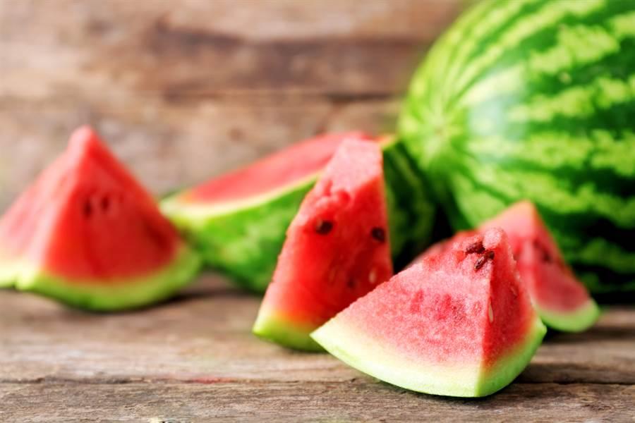 靠拍打挑出甜美可口的西瓜,但對聽力差的人來說,根本會大踩雷,醫師透露,其實可以靠西瓜的外觀來挑選,瓜紋、果梗都是小撇步。(圖/Shutterstock)