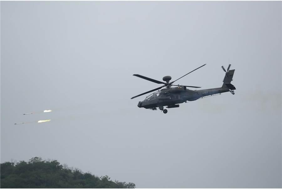 AH-64E阿帕契攻擊直升機發射火箭。(青年日報提供)