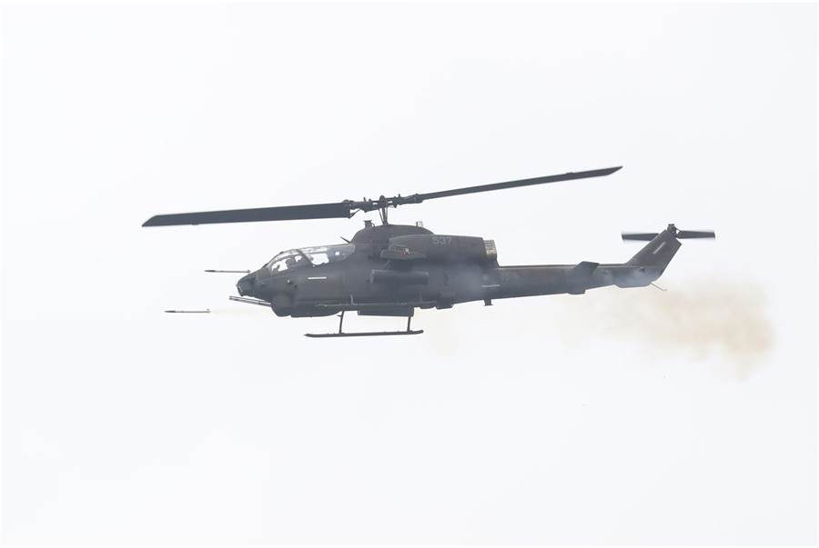 AH-1W眼鏡蛇攻擊直升機發射海神火箭。(青年日報提供)