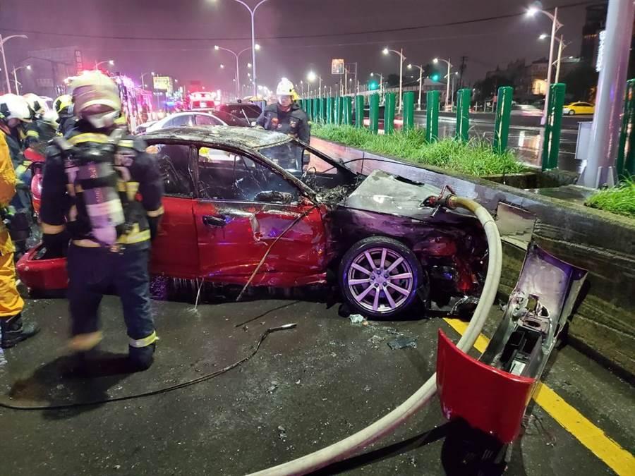 現場造成一輛自小客車燒燬,警消協助傷者送醫後,後續交由大隊火調人員及警察處理。。(民眾提供/盧金足台中傳真)