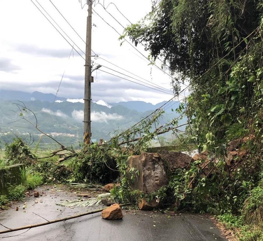 新社區福民路昨日有10噸巨大落石阻礙道路通行。(東勢警分局提供/陳淑娥台中傳真)