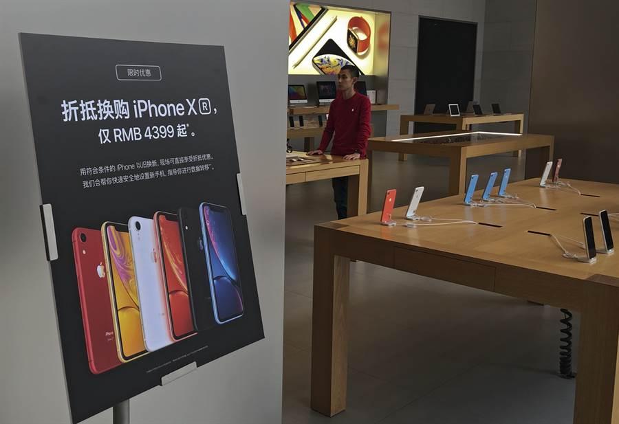 專家認為,蘋果大陸市場銷量雖然回穩,但消費者習慣改變,以及遲未推出5G手機,將成為隱憂。(圖/美聯社)