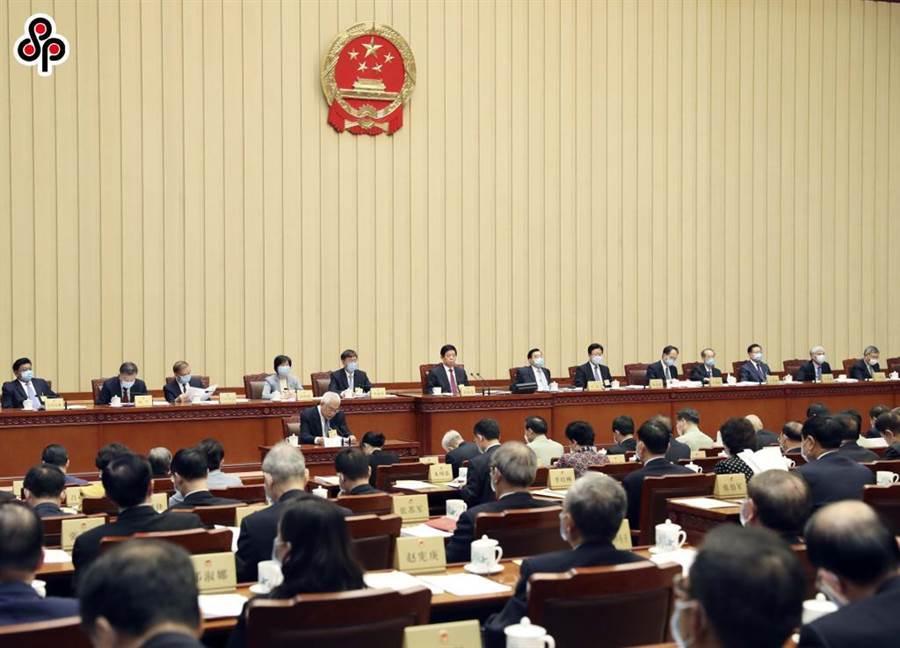 大陸《環球時報》社評指香港國安法是對一國兩制的關鍵保護。圖為18日十三屆全國人大常委會第十八次會議在北京舉行。(新華社)
