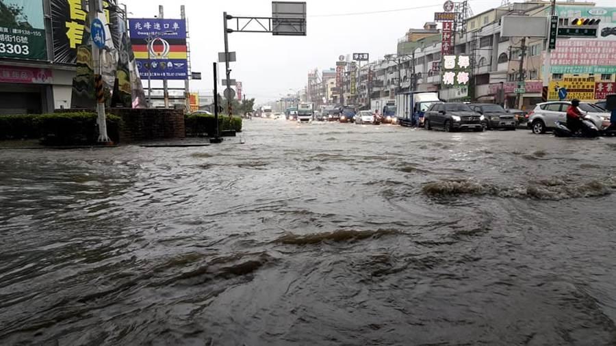 高雄仁武區清晨暴雨侵襲,鳳仁路遭淹沒成為滾滾黃河,險象環生。 (翻攝仁武仁大小事臉書粉絲團)