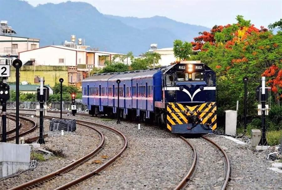 台鐵列車一景。(圖/取自林佳龍臉書)