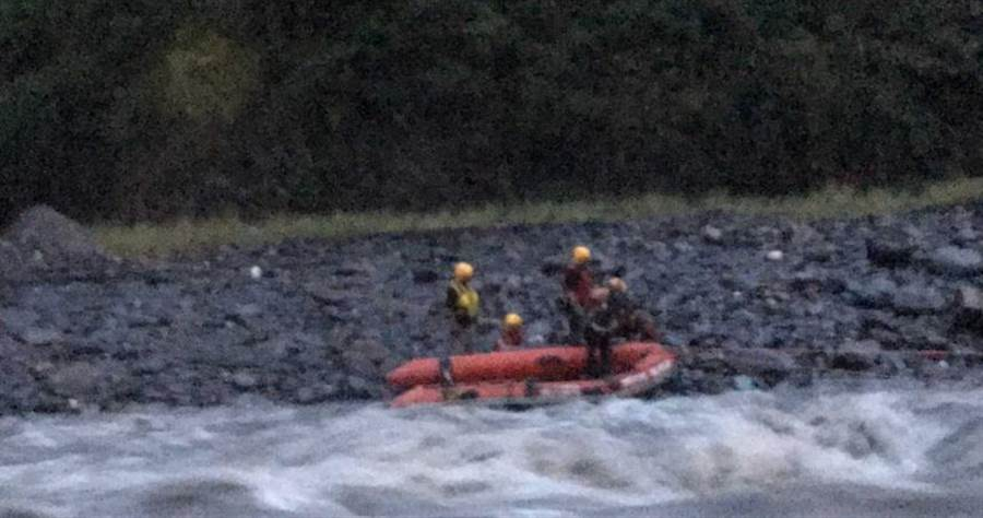 霧台鄉有4名弟測人員受到暴漲溪水所困,警消出動橡皮艇在湍急的河水中,冒險搶救。(圖/屏東縣消防局提供)