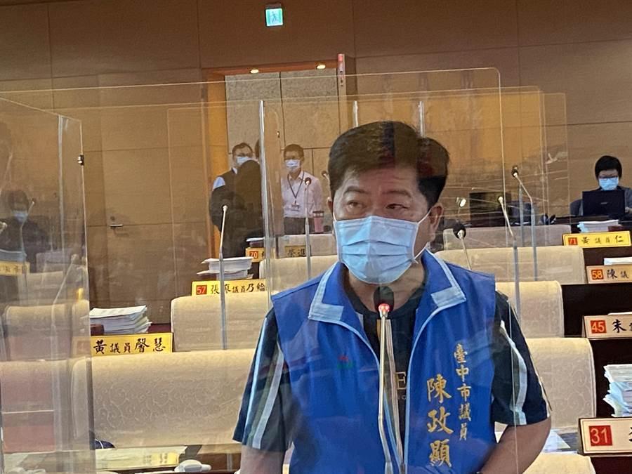 台中市議員陳政顯上午在質詢時,關切酒店舞廳業者何時復業?(盧金足攝)