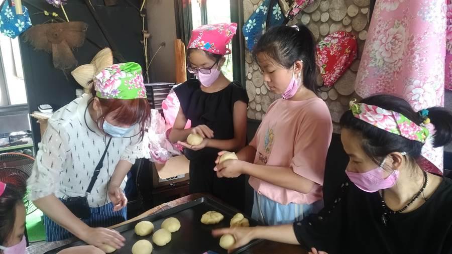 來自淡水的女孩們邊學習相關食材的客語及客家典故邊做烘焙,學到有客家故事的烘焙。(新北客家事務局提供/戴上容新北傳真)