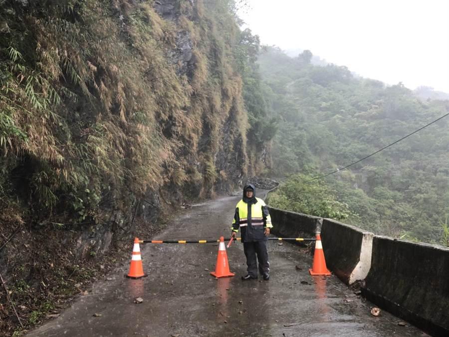 屏東山區谷佳聯絡道路因坍方阻道,警方隨即出動交管。(翻攝畫面/林和生屏東報導)