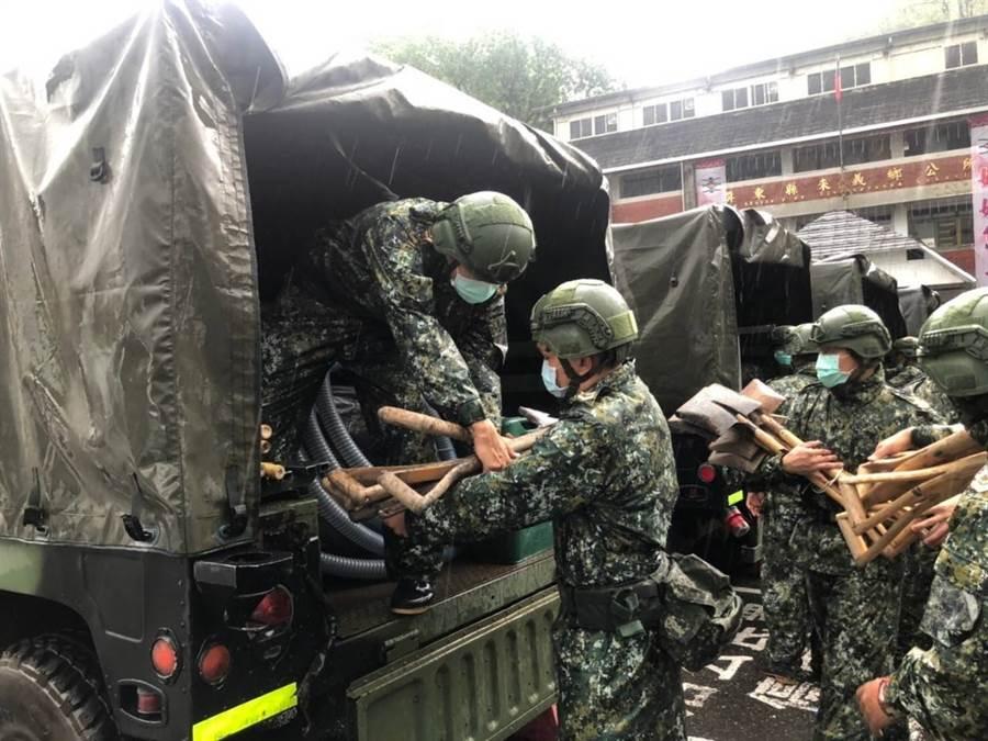 第四作戰區指揮部,昨日(21)派遣特戰與海軍陸戰隊特勤隊士兵前往協助屏東、台南、高雄三市的災情協助與控制。(陸軍8軍團提供)