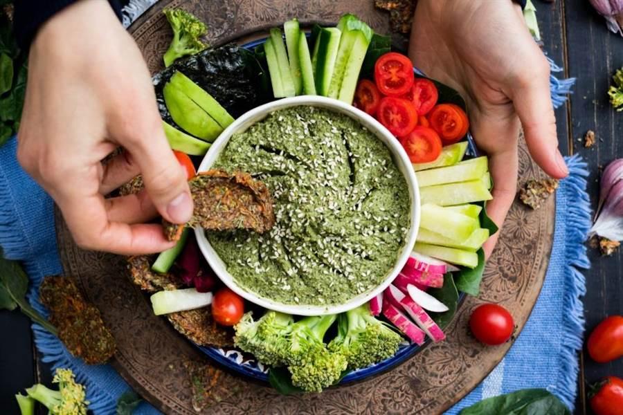 有些人以為吃素就能預防大腸癌,卻忽略其烹調方式及自身的生活習慣也會影響。(達志影像/shutterstock)