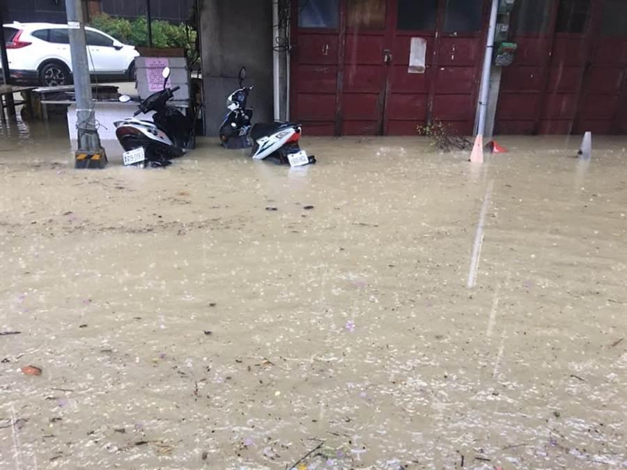 鹽埕區七賢二路‧瀨南街附近淹水(取自爆料公社臉書)
