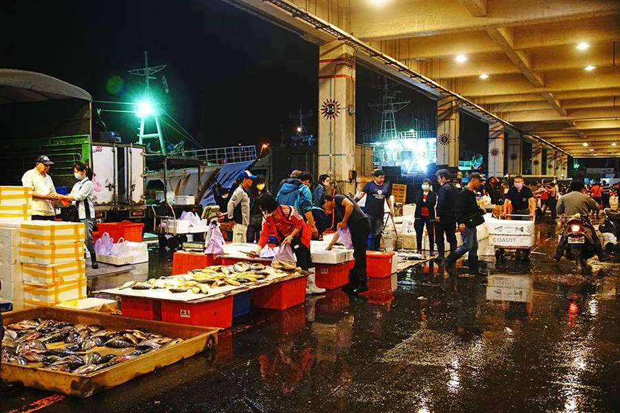 前鎮漁港是台灣最大的遠洋漁港,漁船停泊在岸邊,更顯得分秒必爭的繁忙景象。(攝影/曾信耀/Takao樂高雄/提供)