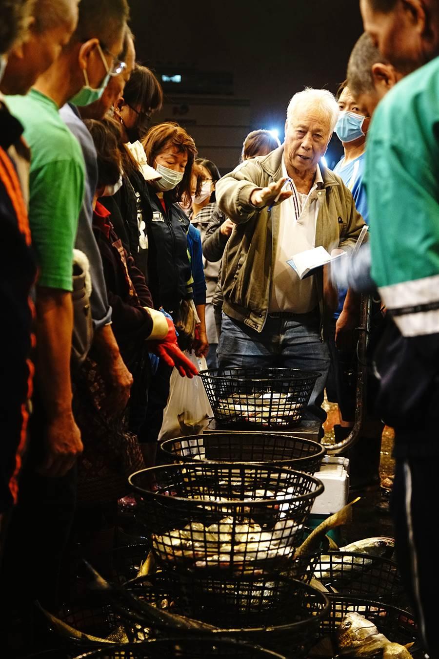 魚貨拍賣員被稱為「糶(ㄊㄧㄠˋ)手」,一直扮演魚貨拍賣市場最重要的靈魂人物。(攝影/曾信耀/Takao樂高雄/提供)
