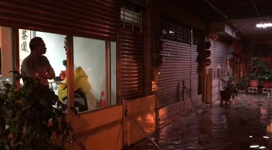 台南市安南區22日凌晨再現安中河,擔憂的居民站在家門口一臉無奈。(讀者提供/程炳璋台南傳真)