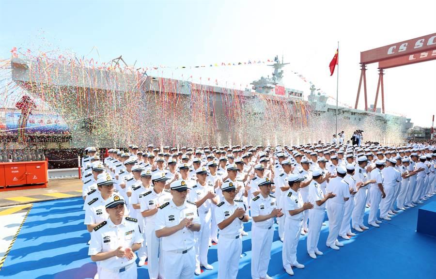 解放军075型两栖攻击舰2019年9月25日在沪东正式下水,举行仪式的画面。(新华社)