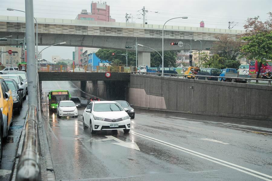 台中鐵路高架化後,攸關太平、大里來往東區的建成路地下道填平工程22日盛大啟動。(馮惠宜攝)