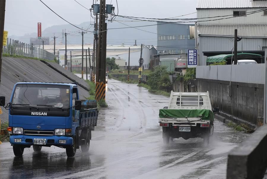 梅雨來襲,中市大里區草堤路219號前21日晚上11點多,水淹及膝,霧峰分局成功派出所隨即拉起封鎖線,直至22日上午10時水退後才解除。(黃國峰攝)