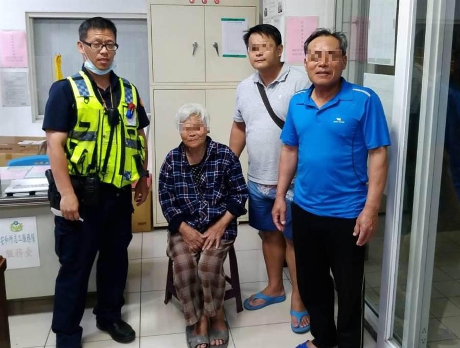 82歲簡姓老婦迷途走上交流道,新店警分局警員到場協助。(新店警分局提供)