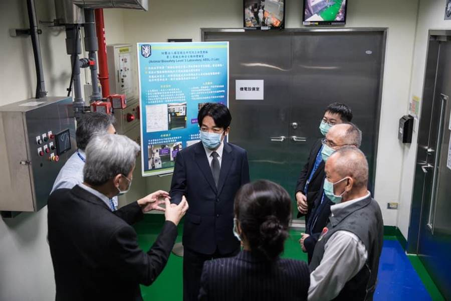 副總統賴清德昨日參訪國衛院,關切新冠疫苗研發進度。(圖擷自賴清德臉書)