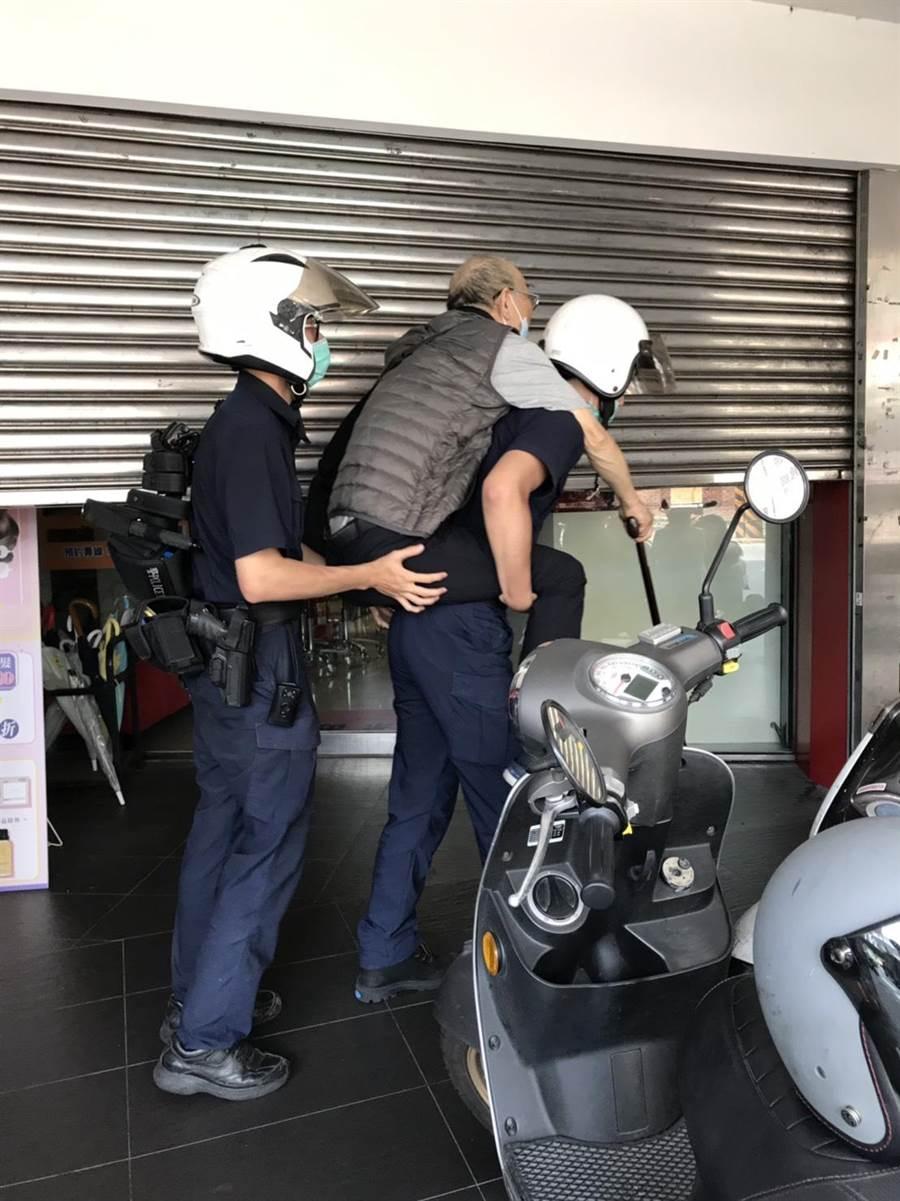 新北市中和警分局南勢派出所警員揹老翁返家。(中和警分局提供)