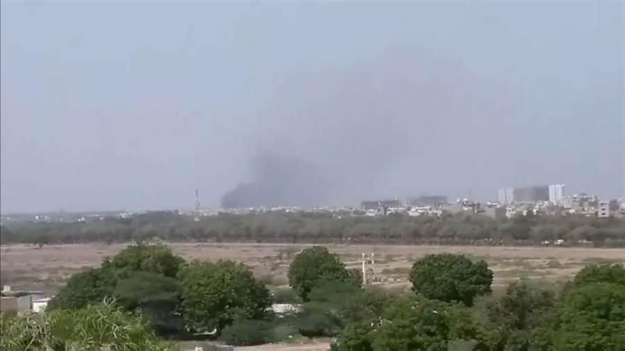 巴基斯坦國際航空公司民航機,今天降落前墜毀於喀拉蚩機場附近的住宅區,墜機處黑煙沖天。(路透)