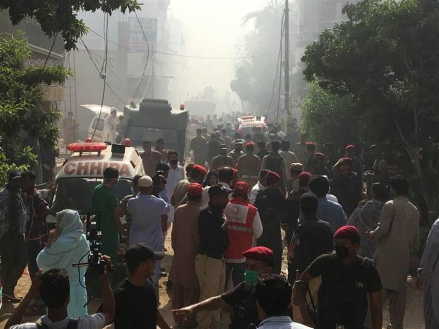 巴基斯坦國航班機墜毀在喀拉蚩機場附近的住宅區,救護車和消防車趕往失事地點搜救。(路透)