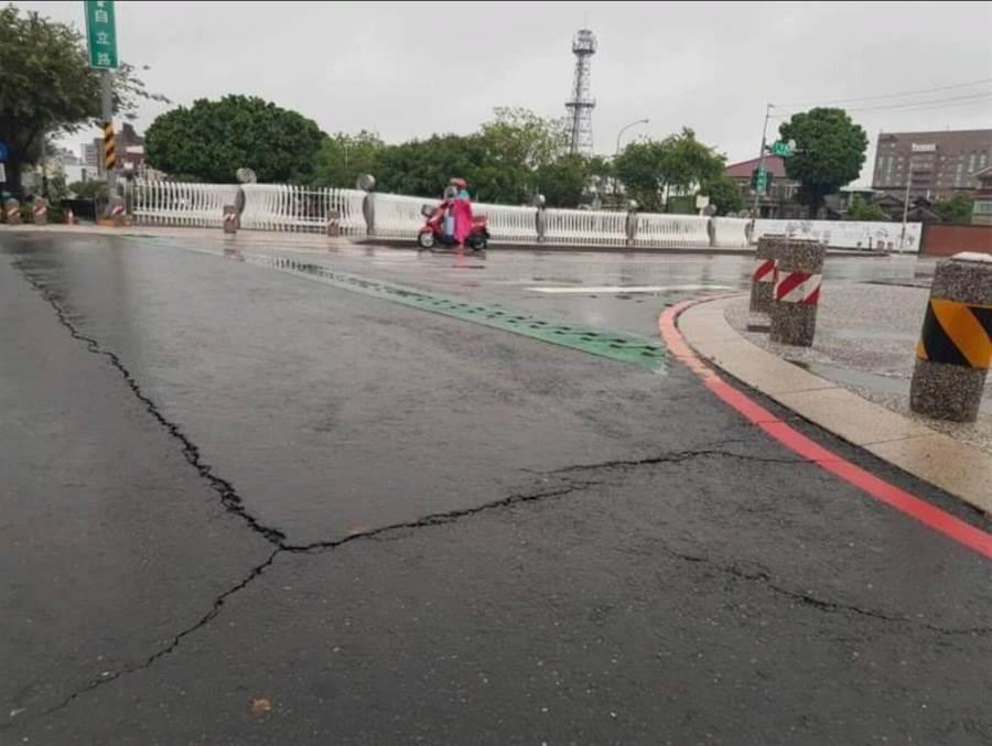 豪雨炸南台,屏東出現路面隆起龜裂情形 (圖/爆料公社二社)