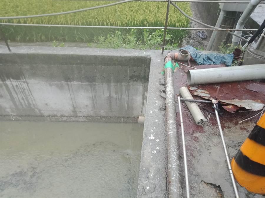 原水池偷排孔洞與擋水套管。(嘉義縣政府提供/張毓翎嘉義傳真)