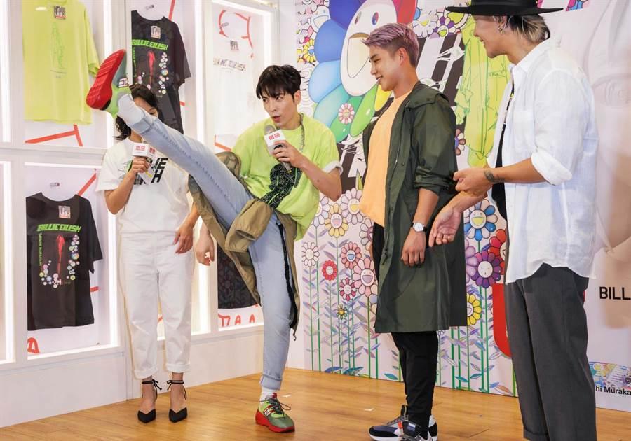 老蕭(左2)示範抬腳動作,象徵褲子彈性佳。(石智中攝)