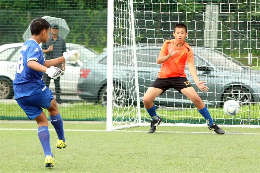 台東寧埔國小(右)在PK賽中飲恨敗北,遭到淘汰。(迷你足球協會提供)