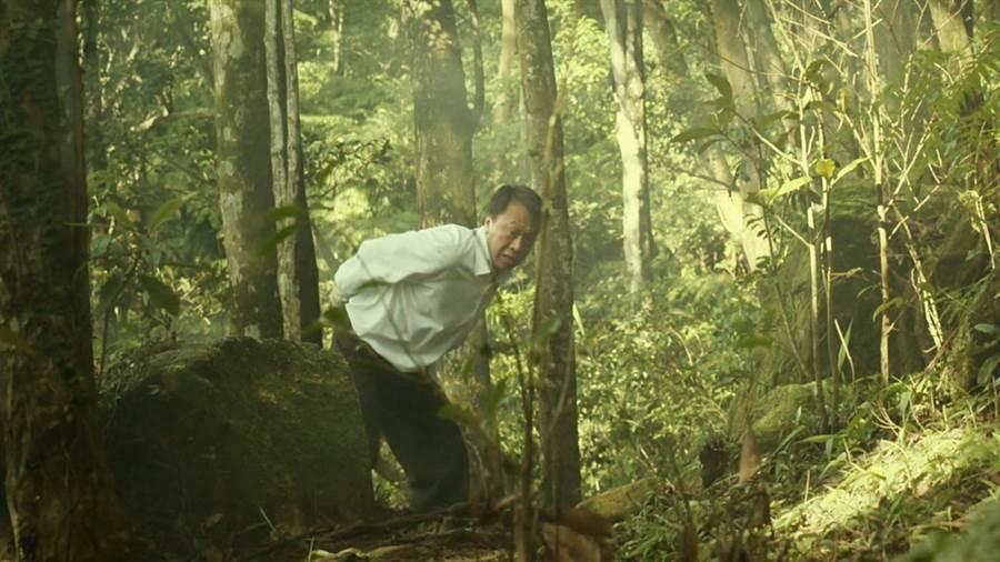 游安順拍攝逃亡戲,在樹林間奔跑,結束後腳上都是刮痕。(八大提供)