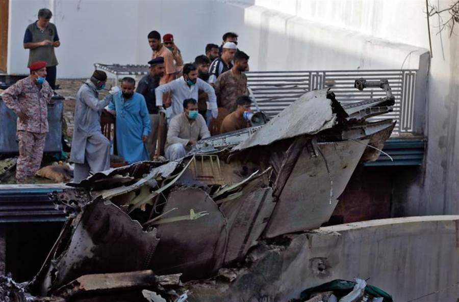 巴基斯坦國際航空失事墜毀在喀拉蚩住宅區,機身支離破碎。(路透)