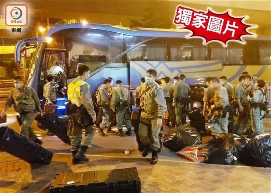 港媒東網報導,晚間香港大批防暴警乘旅遊巴士到達中聯辦。(摘自東網)