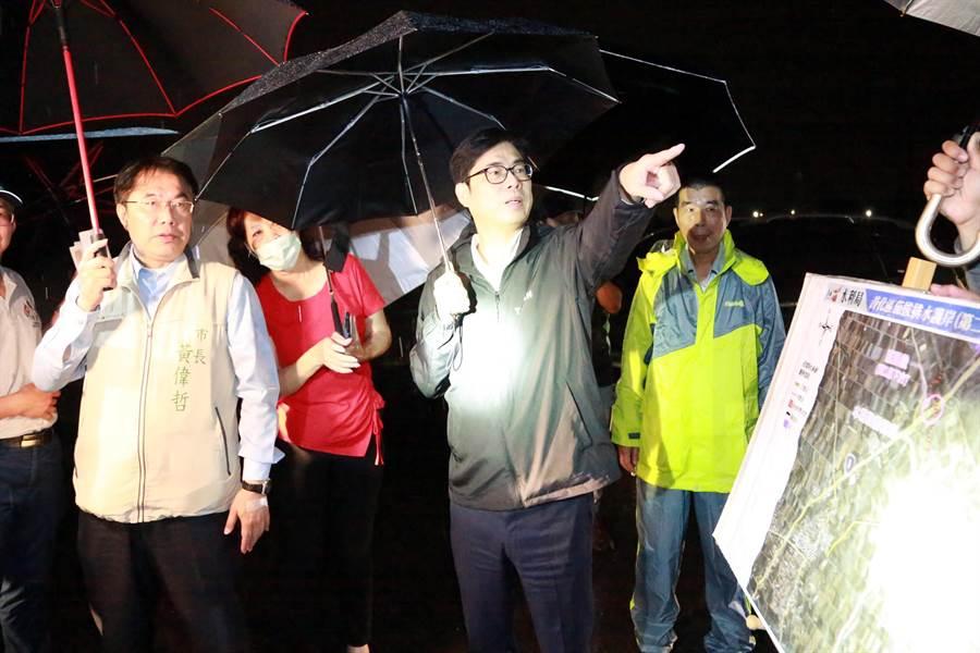 行政院副院長陳其邁(右二)與台南市長黃偉哲(左一)巡視台南善化茄拔排水護岸第二期治理工程。(台南市新聞處提供/劉秀芬台南傳真)