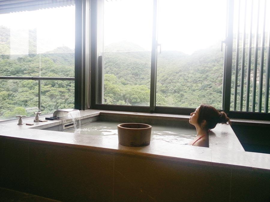 北投麗禧每間客房均配備獨立冷、熱湯池,坐擁環翠美景,享受白磺泉與純淨山泉水的極致感受。圖/業者提供