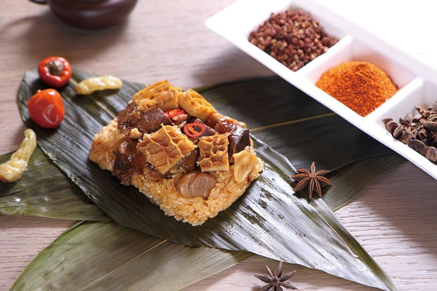 富含膠質、口感Q彈帶勁的「經典麻辣牛粽」,是台北老爺今年端粽新口味。圖/業者提供