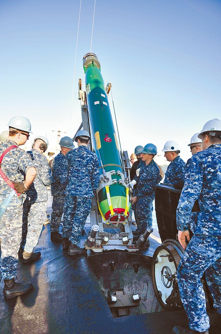 美國國務院批准對台出售18枚MK-48 Mod6 AT重型魚雷與相關設備。圖為美海軍將MK-48魚雷裝載USS加利福尼亞(SSN 781)潛水艇情形。(摘自美國海軍官網)