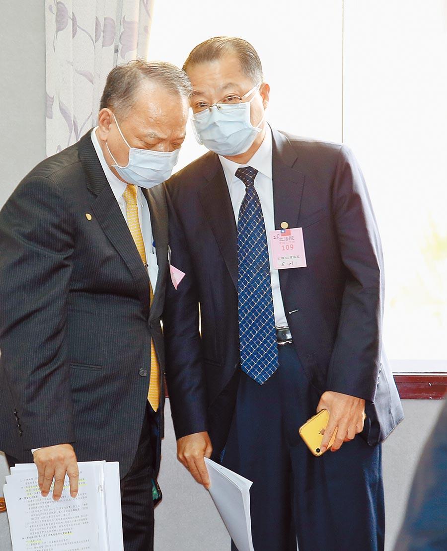 針對總統府日前遭駭客入侵,刑事局長黃明昭(右)21日在立法院表示,已取得防火牆等檔案。(姚志平攝)