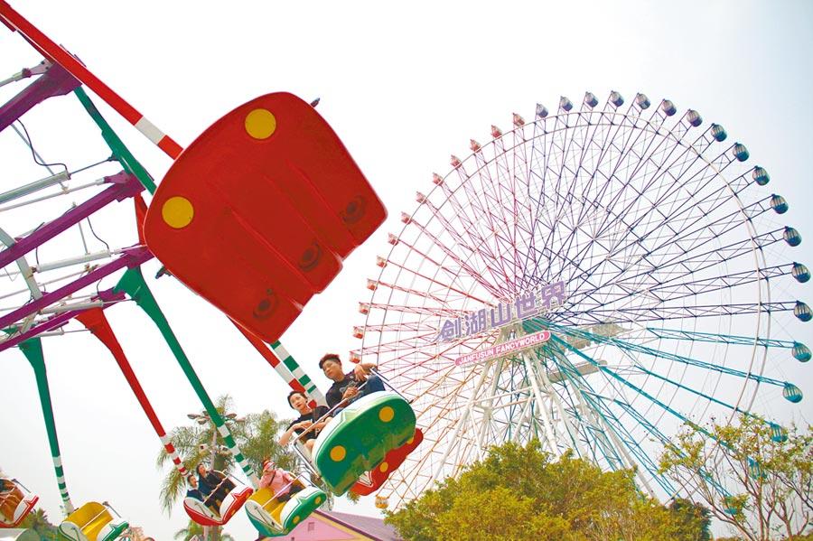 疫情趨緩,雲林縣古坑鄉劍湖山世界及度假大飯店業績回升3成,其中,學生畢業旅行團占多數。(劍湖山世界提供)