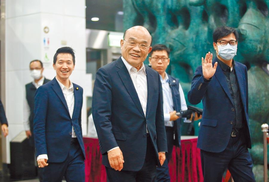 行政院長蘇貞昌(中)21日晚間宴請民進黨立委,面對媒體提問禮貌性的微笑回應。右為行政院副院長陳其邁,左為立委何志偉。(陳信翰攝)