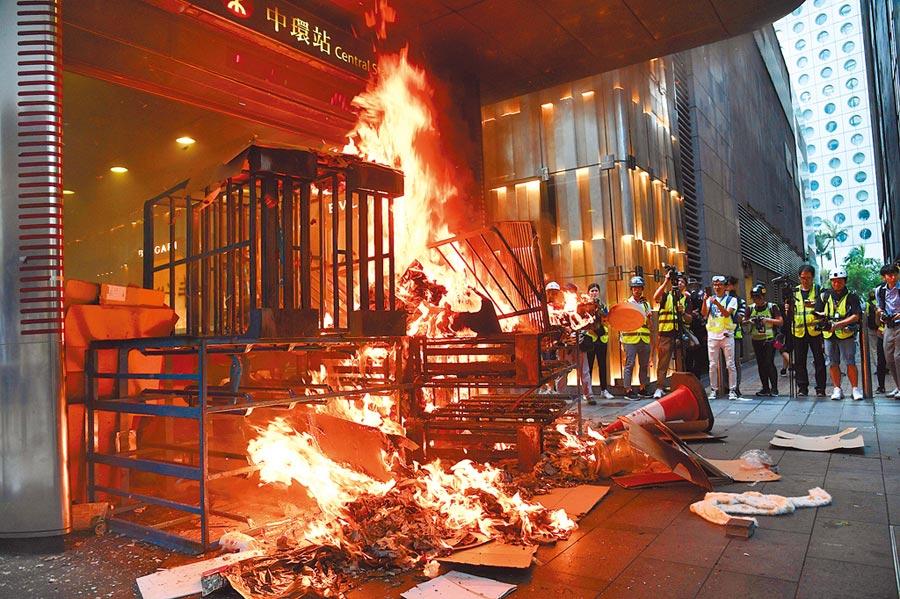 去年香港反修例運動出現暴力和縱火,大陸中央定調有外國勢力介入。(中新社)