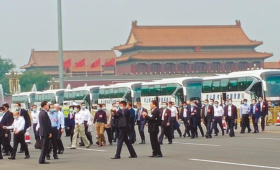 大陸全國政協委員21日集體乘車到人民大會堂參加兩會。(陳君碩攝)