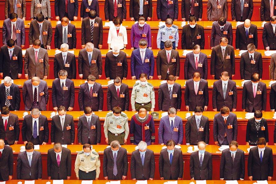 大陸全國政協會議昨天下午開幕,全體與會委員為新冠肺炎罹難者默哀。(美聯社)
