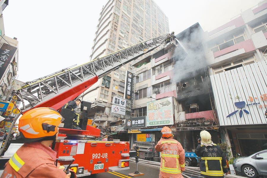 台中市中華夜市21日凌晨發生大火,延燒16戶,消防局出動雲梯車協助灌救。(黃國峰攝)