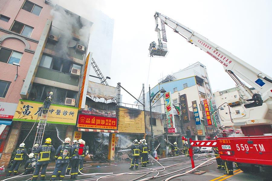 台中市中華夜市21日凌晨發生大火,延燒16戶,台灣大道多家店面焚毀。(黃國峰攝)