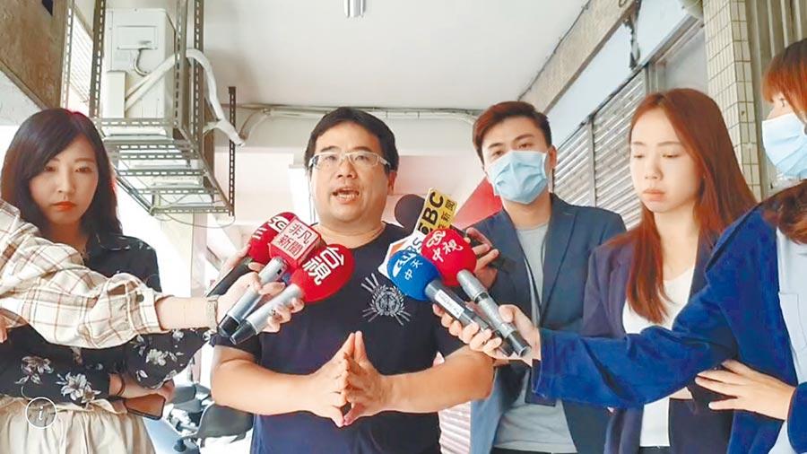 交警球評石明謹(左二)因延宕公文遭記過。(翻攝照片/陳鴻偉台北傳真)