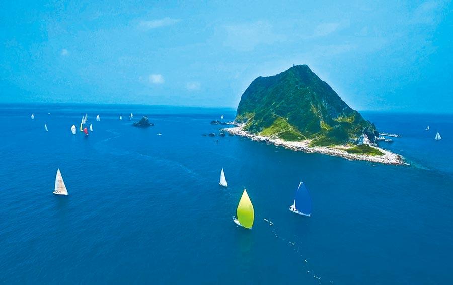 基隆嶼沿步道登頂可遠眺基隆海檻,為島上獨有的特色景觀。(基隆市政府提供/吳康瑋基隆傳真)