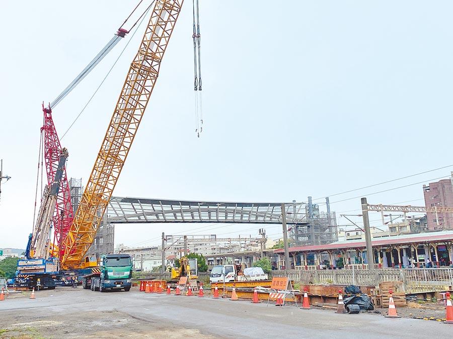大甲車站人行跨越橋主體橋面吊裝作業完成,預計7月底完工。(陳淑娥攝)